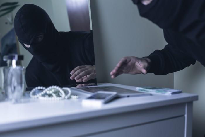 Ladrón robando joyas