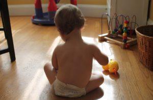 Bebé jugando en el salón