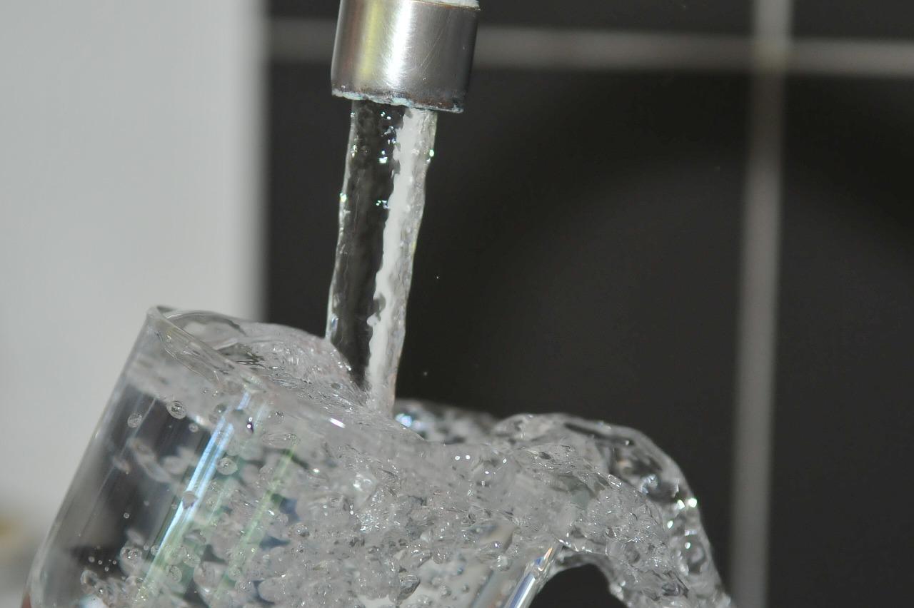 Grifo rellena jarra de agua