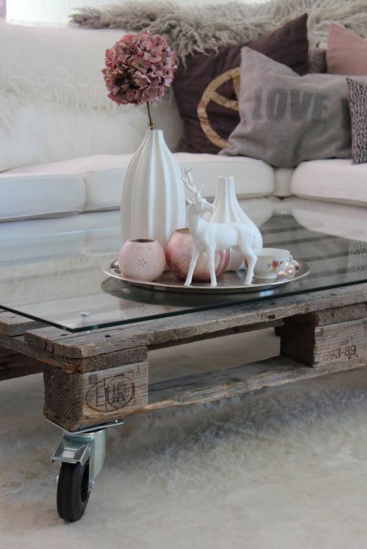 Objetos, cojines inclusive una alfombra da mucho estilo a un espacio.