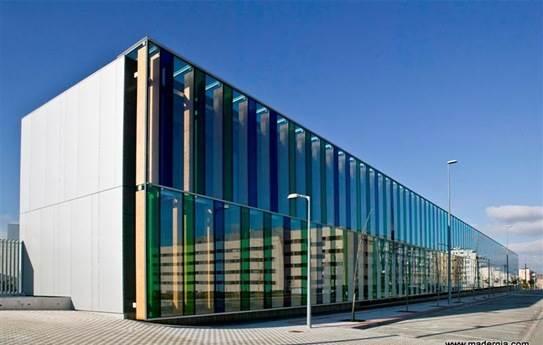 Muro cortina de vidrio de los arquitectos Óscar Mongay y Maite Mariezcurrena (OM ARQ)