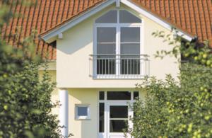 Casa con ventanas de tipo climalit