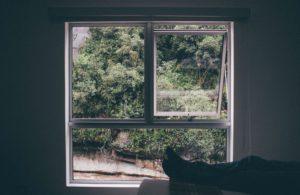 habitación con dos ventanas