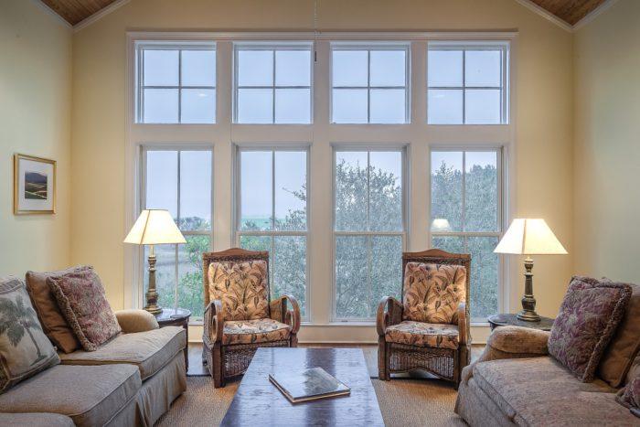 Salón con ventanas blancas