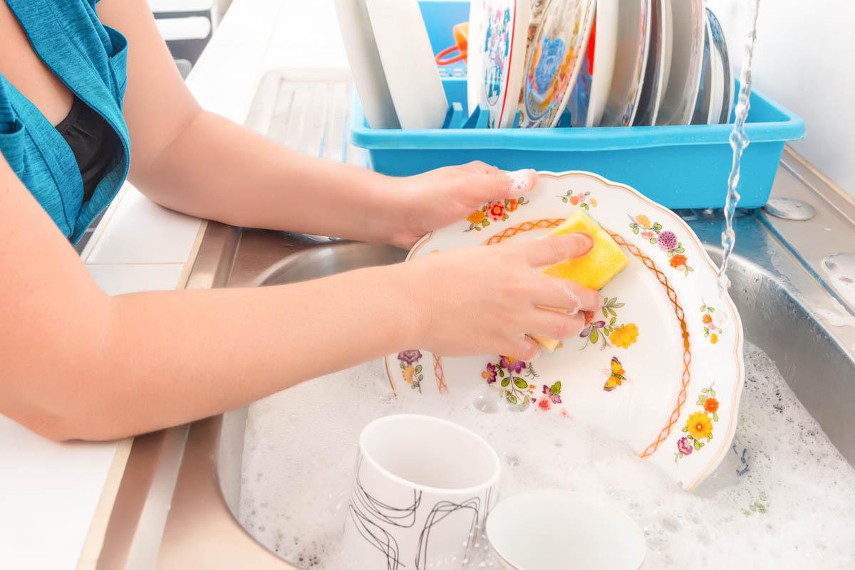Mujer limpiando platos