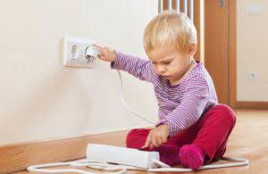 Cómo proteger a los niños de los enchufes