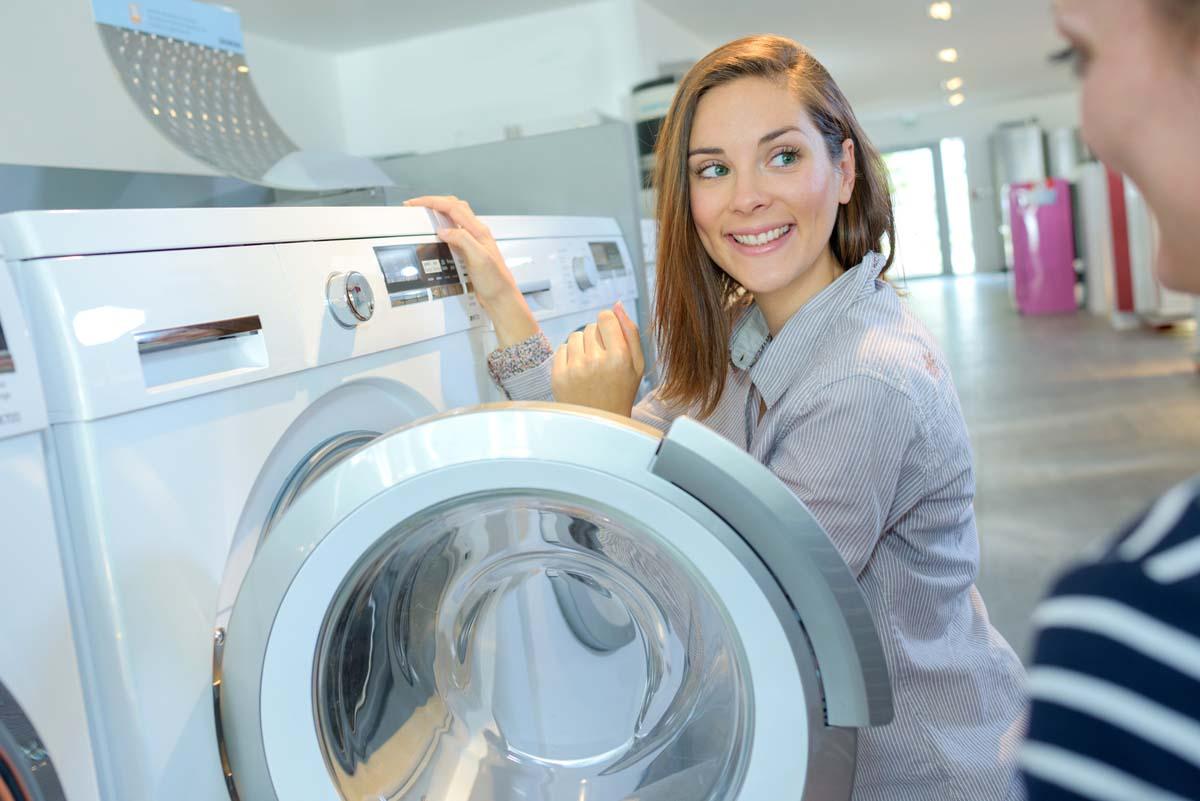 Mujer escucha características de una lavadora