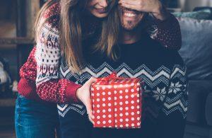 Chica dando regalo a un chico