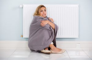 Mujer con una manta pasando frío
