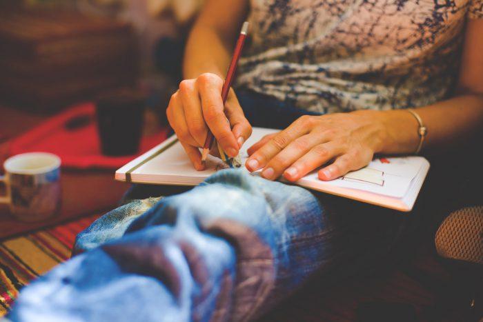 Una persona dibuja en un cuaderno