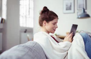 Chica con tablet en el sofá