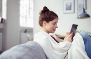 Chica sentada en el sofá con una tablet