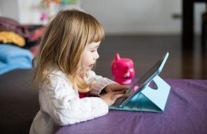 Niña jugando con una tablet